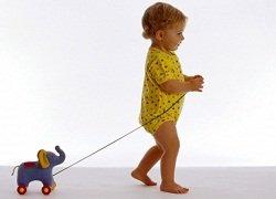 Нужно ли ребенку носить дома обувь или лучше ходить босиком?